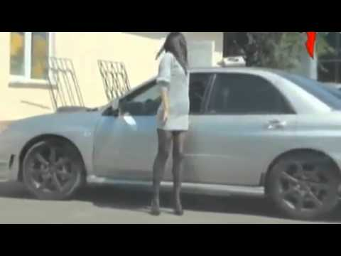 Курьез, - девушка и тонированный авто