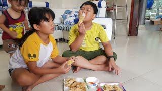 Tin và anh Hai, chị Quỳnh Thư ăn gà rán KFC mẹ nấu