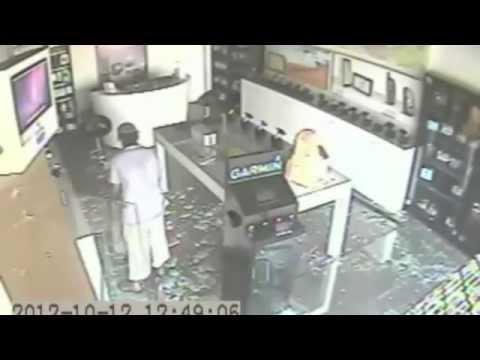 Dumbass thief in Saudi arabia