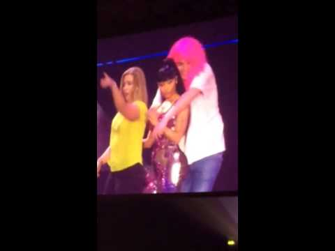 Minaj fan dancing