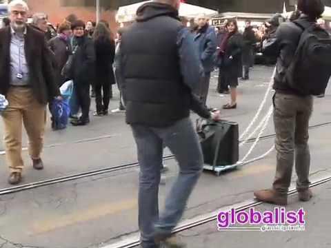 """Manifestazione del Pdl: un """"dissidente"""" protesta contro Berlusconi"""
