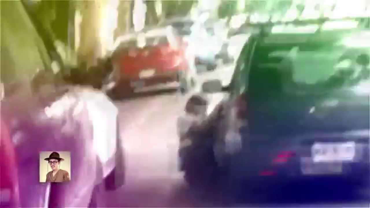 [Driver drags traffic warden to avoid a ticket] Video