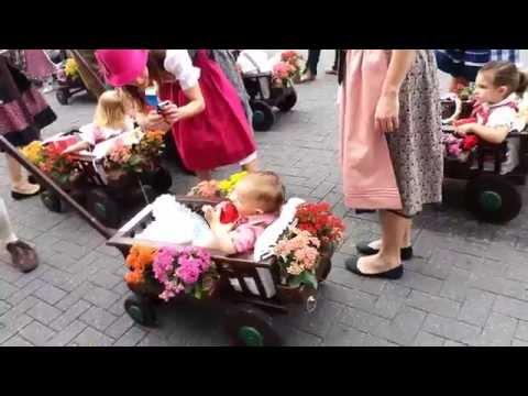 Pequena parte da concentração do desfile da Oktoberfest no dia 18 10 2014