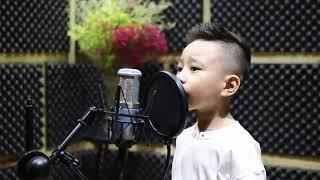 Cậu bé 4 tuổi hát 'Bác đang cùng chúng cháu hành quân' gây sốt.