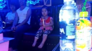 Bé gái 2 tuổi hát karaoke