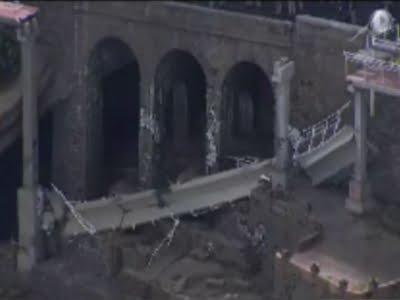 Összeomlott egy híd, ketten meghaltak - videó