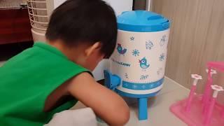Tin rót nước mời ba mẹ uống nước