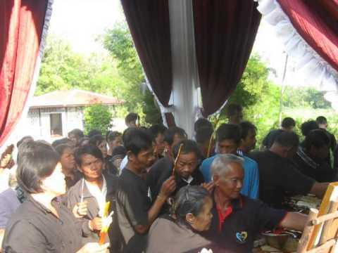 ประชาชนมาร่วมงานเผาศพพี่กุ้ง1.AVI