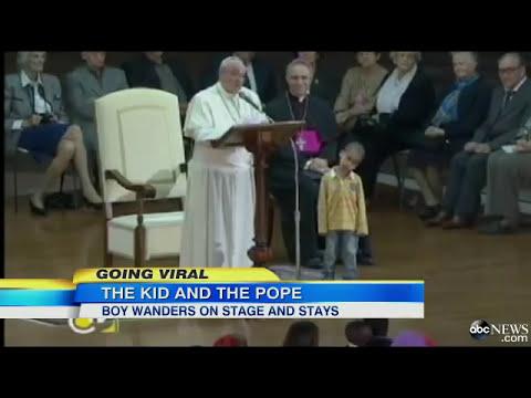 Tierno Niño Burla seguridad y se sienta en la silla del Papa Francisco Increible se llama Carlos