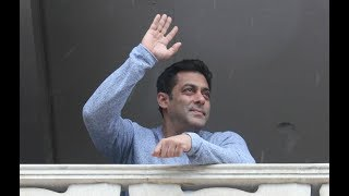 Eid Mubarak 2017 : Salman Khan Wishes His Fans Standing Outside Galaxy Apartment In Style