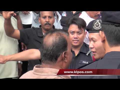 Satu pergaduhan telah tercetus diantara dua kumpulan kira-kira pukul 12 tengah hari tadi di hadapan Ibu Pejabat Parti Keadilan Rakyat (PKR).Pergaduhan tercet...