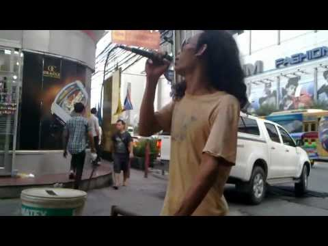 Solo artist at pratunam market by pratunamlifes.com