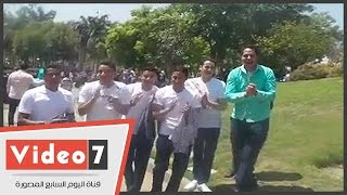 """بالفيديو.. مواطن يحتفل بشم النسيم بـ""""المصحف والصليب"""" على كوبرى قصر النيل"""
