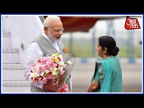 Sushma Swaraj Welcomes PM Modi at Delhi Airport :Aaj Subah