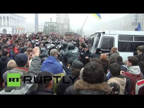 Ukraine: Pro-EU demonstrators clash with police