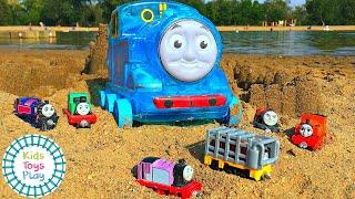 Thomas de ketel op het strand Compilatie