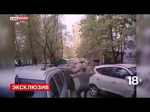 Камеры сняли, как Москвич 10 минут гонялся с топором за соседями