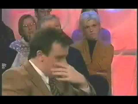 Conduttore televisivo non riesce a smettere di ridere (video divertenti)