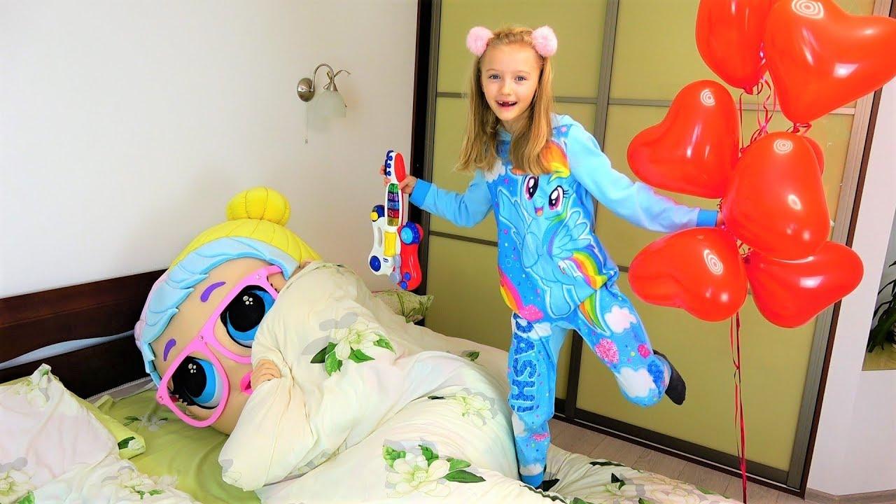Полина мешает Кукле ЛОЛ спать своими игрушками