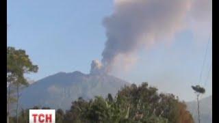 Тисячі туристів застрягли на курортах Індонезії через вулкан - (видео)