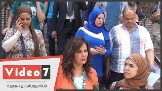 """بالفيديو.. آثار الحكيم تغادر المحكمة بعد تأجيل دعوى برنامج """"رامز قرش البحر"""""""