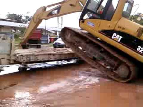 Colocando uma escavadeira na prancha