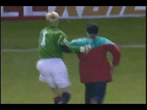 Peter Schmeichel Gives a lesson to a Galatasray fan.flv