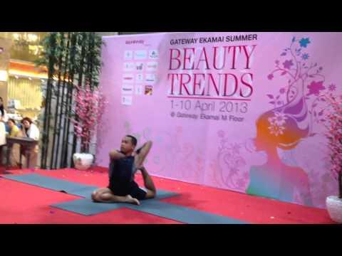 Yoga demonstration by kru Aeh @ Gateway Ekamai