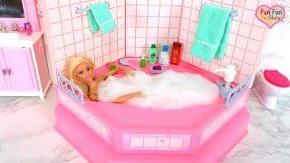 Barbie doll Bubble Bath in Pink Bathroom Morning routine Mandi gelembung boneka Barbie Casa