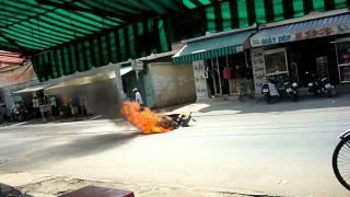 Cháy xe Luvias Yamaha trên đường Lê Quang Định