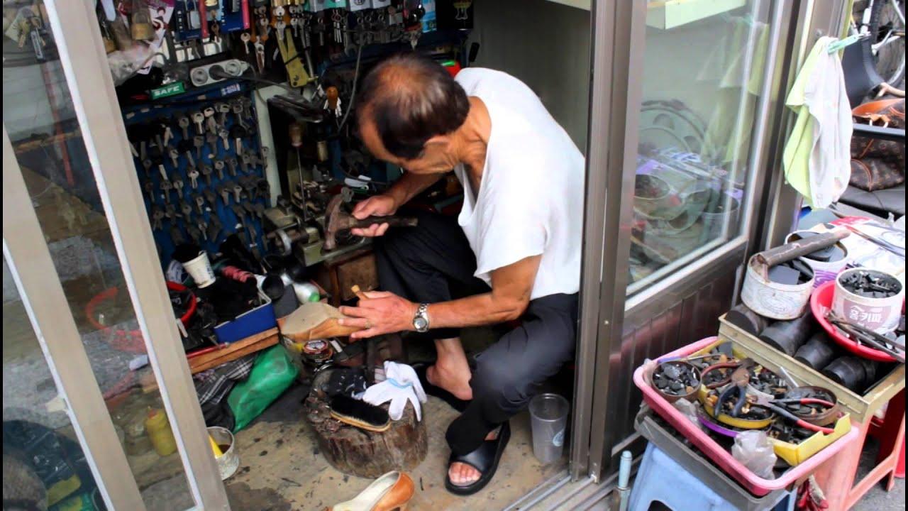 Amazing Mini Shoe Repair Shops of Korea (HD) - YouTube