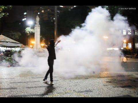 Após a PM iniciar o confronto dando com cassetetes e disparando tiros com armas de tinta acrílica, manifestantes resistiram à repressão e voltaram com força ...