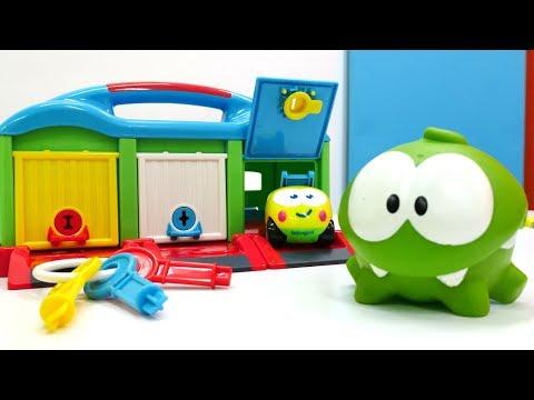 Видео для детей с игрушками: Ам Ням и машинки