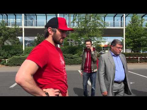 Лидер сборной России Александр Овечкин прилетел в Прагу на Чемпионат мира в хорошем настроении