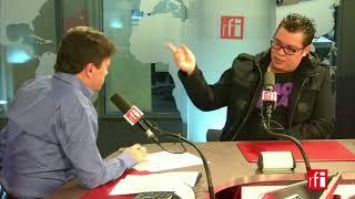 El humorista y cantante mexicano Franco Escamilla con Jordi Batalle en RFI.