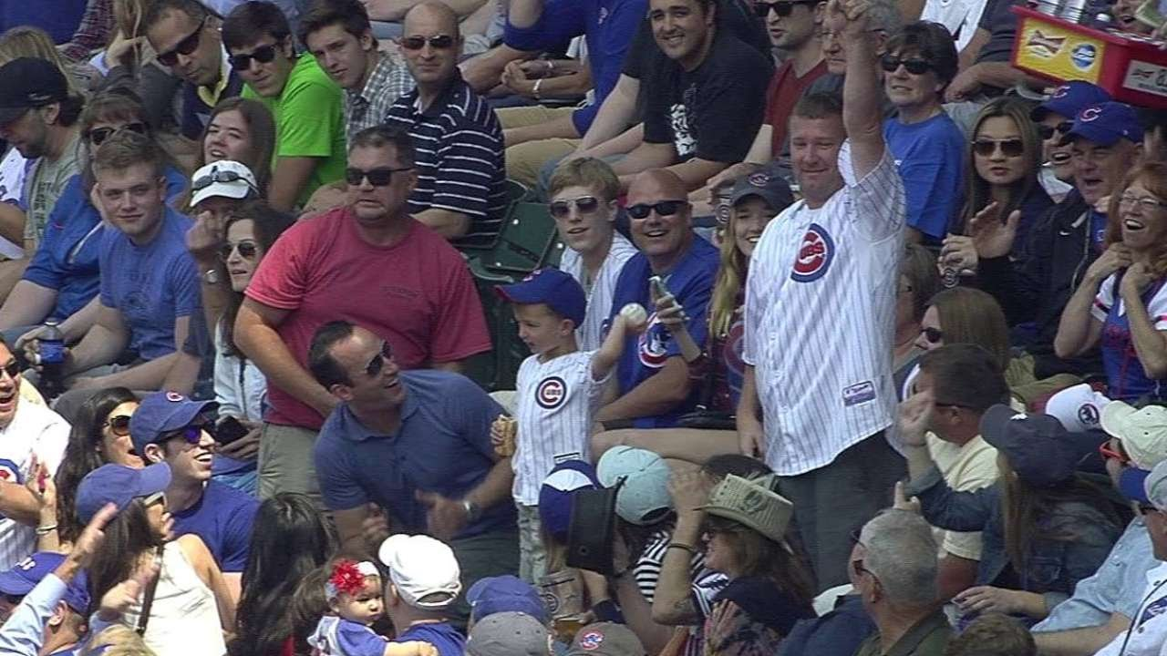 MIA@CHC: Dad gifts foul ball, son throws it away