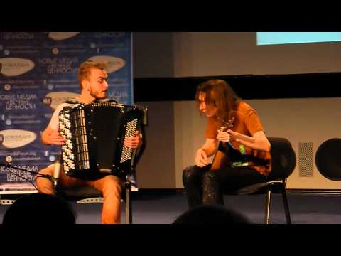 Балалаечник Антон Каргатов с аккордеонистом жгут на сцене