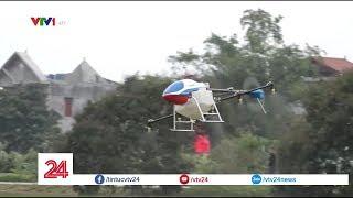 Máy bay không người lái giúp bà con nông dân phun thuốc trừ sâu | VTV24