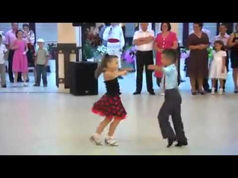 Dance baby beautiful رقص طفلين امام الناس بطريقة رائعه thumbnail