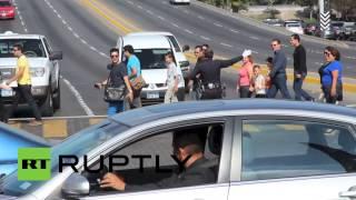 رقص وعرض مذهل يقوم به شرطي مرور مكسيكي اثناء تأدية واجبه