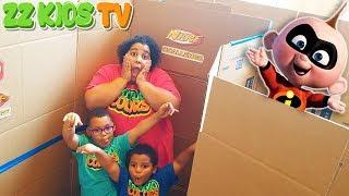 INCREDIBLES 2 GIANT BOX FORT MAZE CHALLENGE! ZZ DAD VS GOO GOO MOM