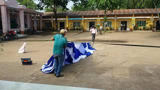 Dựng cây dù lớn trên sân trường