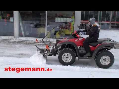 Honda Rincon 680 ATV mit einem Schneeschild beim Schnee schieben im Winter 2009 ...