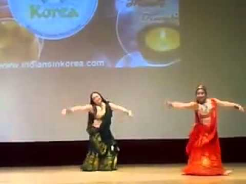 Korean Group dancing on Mera Mahi bada sona hain
