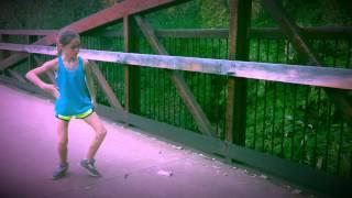 Աղջնակը պարում է և ցուցադրում անկրկնելի կատարում (Տեսանյութ)