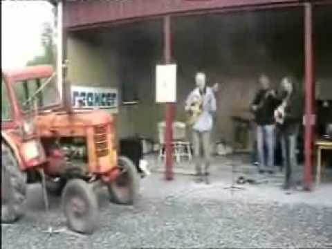 Um tractor + trs guitarras = Banda...