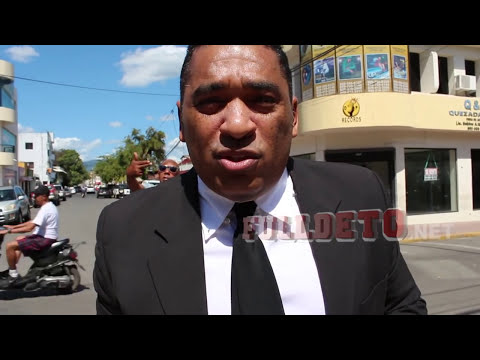 Abogado rompe toga y birrete en protesta por el caso Félix Bautista en SFM