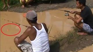 Cả xóm kéo nhau ra đường câu cá khi mùa lũ về