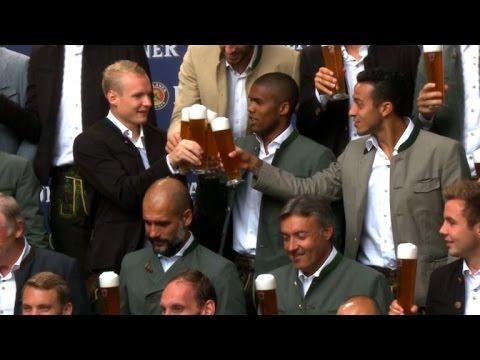 Vidal se pasó en la presentación de la cerveza del Bayern