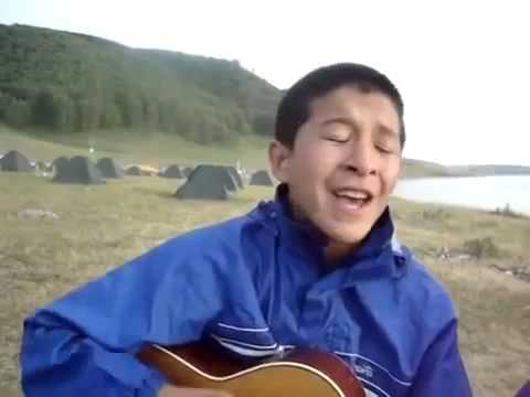 Паренек из Алма-Аты классно поет под гитару